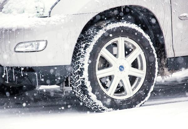 雪道を安全に運転するためのコツ