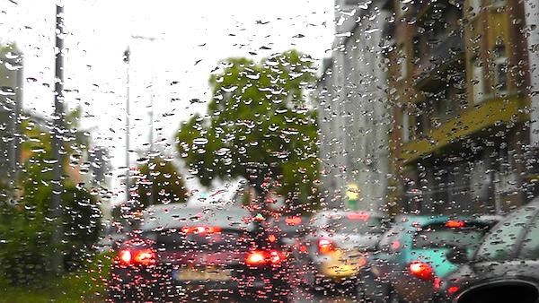 大雨が降った時の車の窓